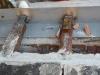 Particolare attacco degli zampini della gronda al cordolo in acciaio